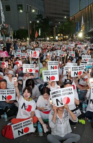 ソウルの日本大使館裏で開かれた反日集会。規模は限定的だが、ネットでは不買運動の呼びかけが拡散していた(8月3日)