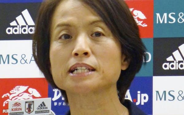 記者会見で南アフリカ戦のメンバーを発表するサッカー女子日本代表の高倉監督(24日、東京都文京区)=共同