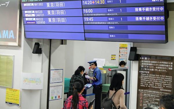 全日空は富山―羽田間で臨時便を運航するなど、供給座席数を増やした(14日、富山空港)