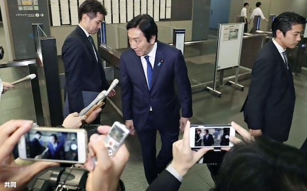 経産省を出る際に、集まった報道関係者からマイクを向けられる菅原経産相(24日)=共同