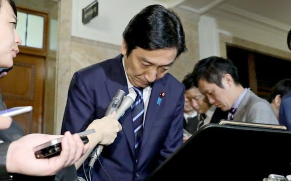 安倍首相に辞表を提出したことを明らかにし、頭を下げる菅原経産相(25日午前、国会内)