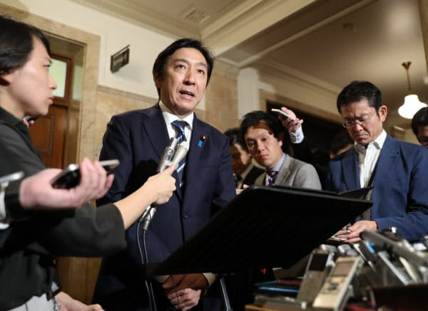 安倍首相に辞表を提出したことを明らかにする菅原経産相(25日午前、国会内)