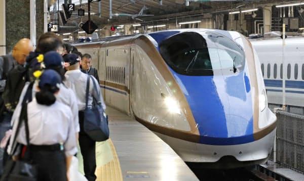 北陸新幹線の東京―金沢間の全線直通運転が再開し、東京駅に到着した「かがやき」(25日午前)=共同