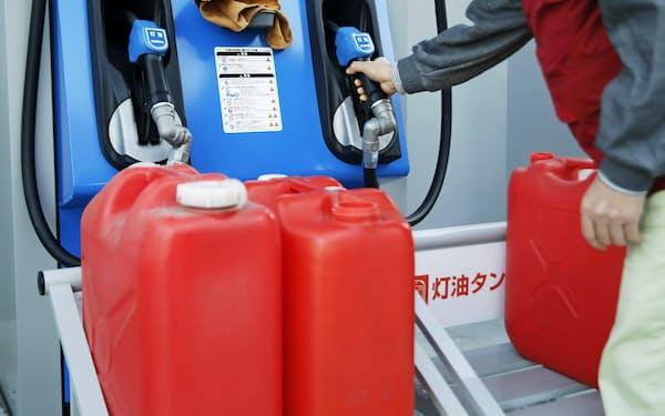 ガソリンや灯油の価格が下がれば家計には恩恵だが、経済収縮のペースは速すぎる