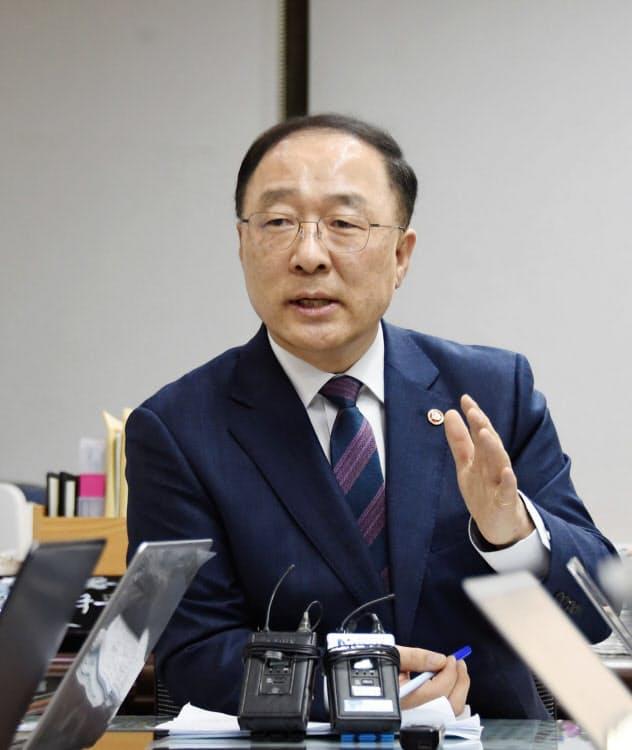 韓国の洪楠基・経済副首相兼企画財政相(韓国企画財政省提供)