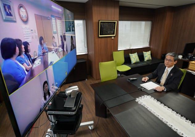 地方の女性幹部とテレビ会議をする新日本科学の永田良一会長兼社長(東京都中央区)