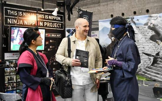 日本忍者協議会のブースで説明を聞く外国人