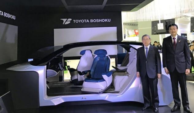 トヨタ紡織やデンソー、アイシンなどグループ5社で開発する「MX191」を紹介する、トヨタ紡織の豊田周平会長((左))と沼毅社長