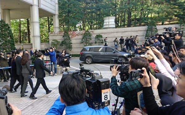 ソウル高裁を出る李副会長ら。100人以上の報道陣が詰めかけた(25日午前)