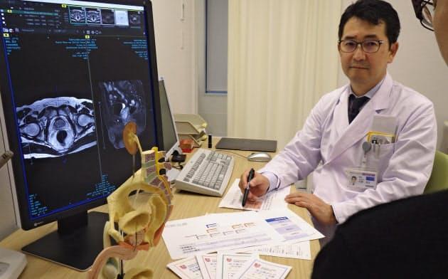 選択肢の多い前立腺がんの治療法の説明には、模型やパンフレット、画像なども活用する(10月中旬、東京医大病院)