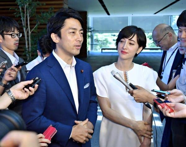 8月、首相官邸で安倍首相への結婚報告後、取材に応じる小泉環境相(左)と滝川クリステルさん=共同