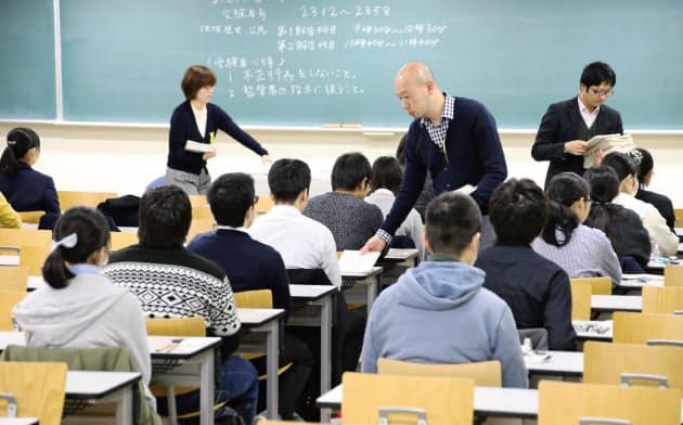 大学入試センター試験に臨む受験生