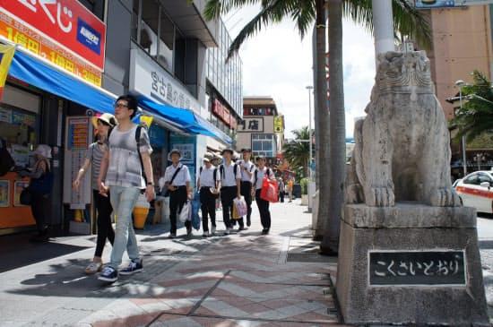 韓国からの観光客は約6年ぶりに単月で1万人を割り込んだ(那覇市の国際通り)