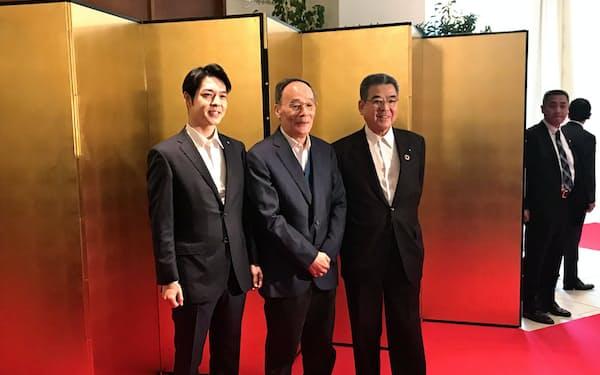 北海道の鈴木直道知事(左)は中国の王岐山・国家副主席(中)と会食した(25日、札幌市)