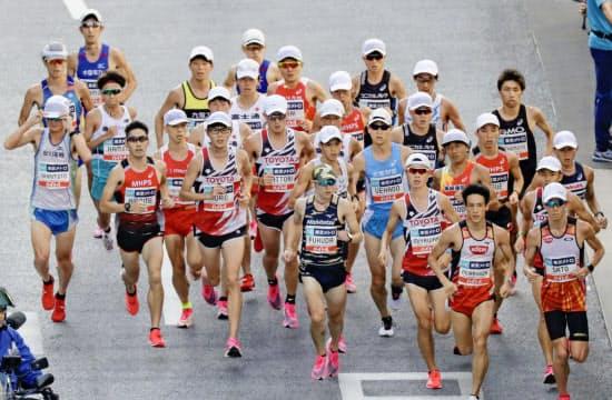 東京五輪代表選考レースでは、帽子をかぶった選手の姿が目立った(9月)=共同