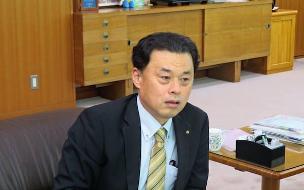 インタビューに答える島根県の丸山達也知事