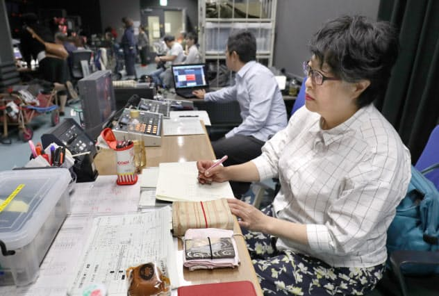 放送局の調整室で俳優の大阪弁を確認する一木さん=松浦弘昌撮影