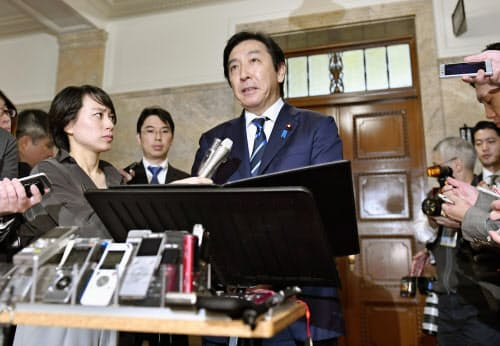 閣議後の記者会見で辞任を発表する菅原経産相(25日午前8時37分、国会)=共同