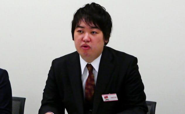 記者会見するBASEの鶴岡裕太CEO(25日、東証)