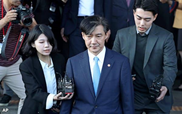 曺前法相は家族の問題を巡る検察捜査で追い込まれ、辞任を表明した=AP