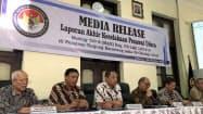 25日、ジャカルタで記者会見するインドネシアの国家運輸安全委員会幹部