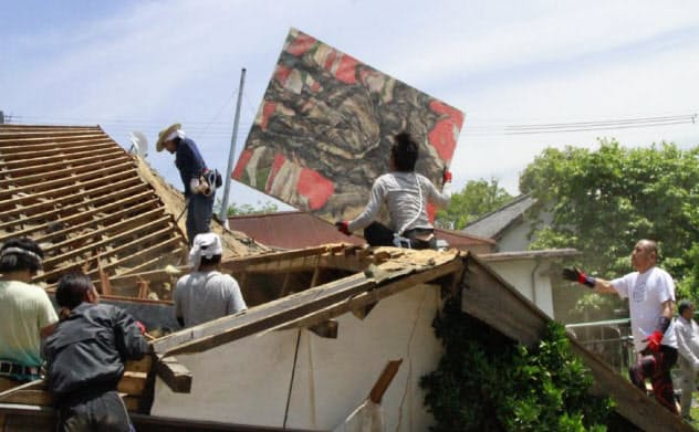 倒壊した田中の自宅から絵画など150点余りが運び出された(2016年、「熊本地震 田中憲一の画を救う会」提供)