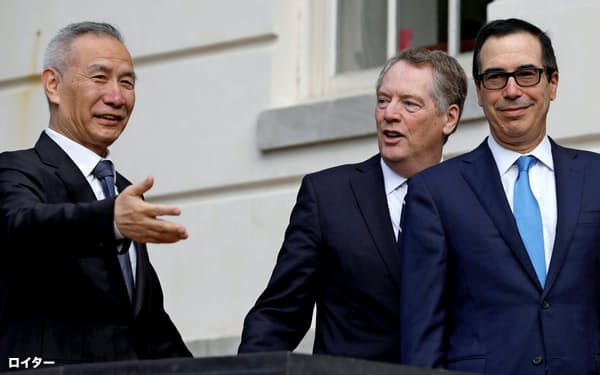 10日、中国の劉鶴副首相(左)を出迎えたライトハイザー氏(中)とムニューシン氏=ロイター