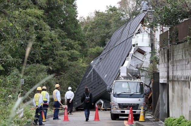 土砂崩れに巻き込まれた住宅(26日午前、千葉市緑区)