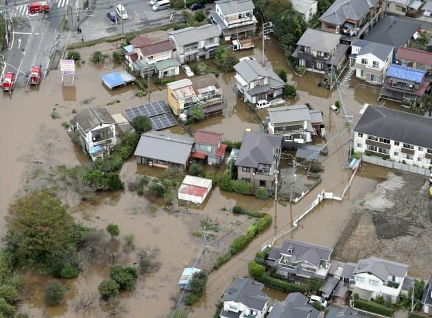 記録的な大雨により浸水被害を受けた千葉県佐倉市の住宅地(26日午前9時5分)=共同通信社ヘリから