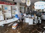 大雨の影響で浸水した薬局(26日、千葉県茂原市)