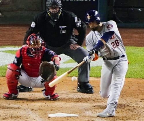 ナショナルズ戦の6回、本塁打を放つアストロズのチリーノス(25日、ワシントン)=AP