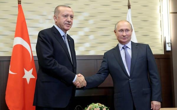 22日、ロシア南部ソチで会談するプーチン大統領(右)とトルコのエルドアン大統領=ロイター