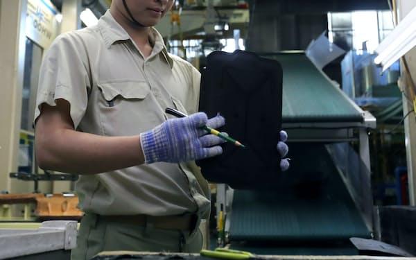外国人を受け入れる企業はモチベーションを高める工夫が求められる(自動車部品工場で働く技能実習生)
