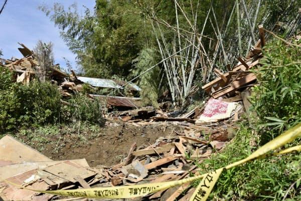 土砂崩れで住宅が倒壊した現場(26日、千葉市緑区板倉町)