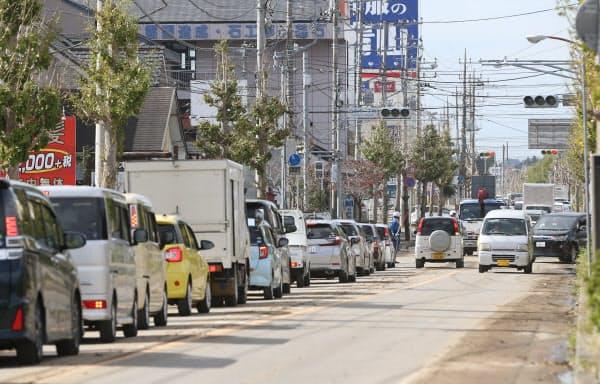 大雨の影響で信号機が故障し、渋滞する千葉県茂原市の道路(26日)