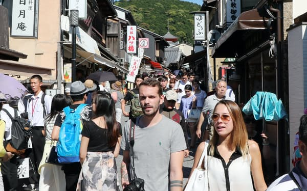 清水寺周辺を散策する外国人観光客(京都市)