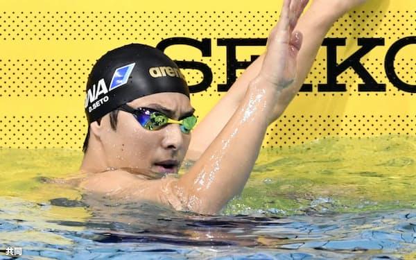 男子400メートル個人メドレーを短水路日本新記録で制し、歓声に応える瀬戸大也(26日、東京辰巳国際水泳場)=共同