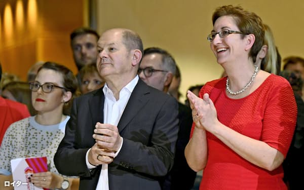 独社民党の党首選で決選投票への進出を決めたショルツ財務相(中)とゲイウィッツ氏(右)=ロイター