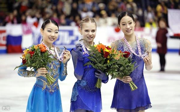 表彰式で笑顔を見せる(左から)2位の紀平梨花、優勝したアレクサンドラ・トルソワ、3位の劉永(26日、ケロウナ)=共同