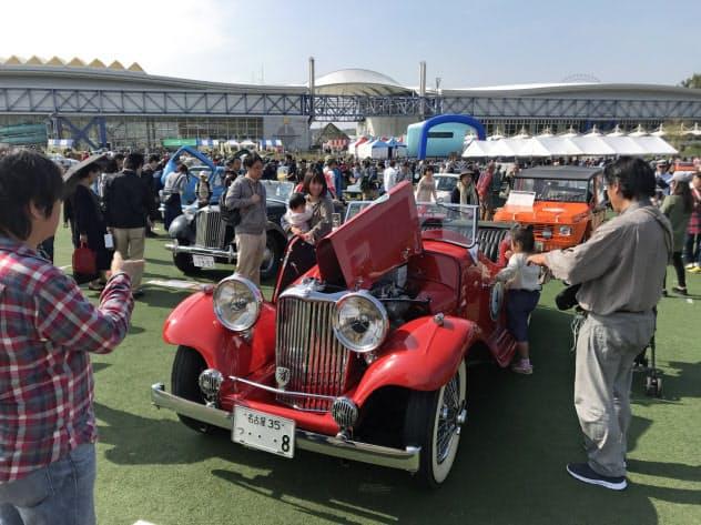 展示されたクラシックカーを見ようと多くの人が集まった(27日、愛知県長久手市)