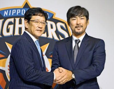 来季からヘッド兼打撃コーチに就任する小笠原道大さん(右)と日本ハムの栗山英樹監督=共同