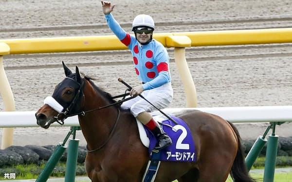 秋の天皇賞を制したアーモンドアイ。クリストフ・ルメール騎手は天皇賞3連覇となった(27日、東京競馬場)=共同