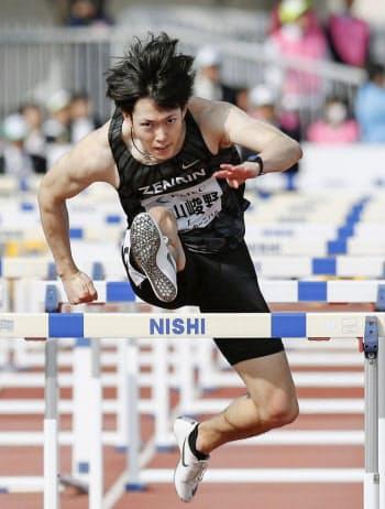 男子110メートル障害を13秒52で制した高山峻野(27日、北九州市本城陸上競技場)=共同