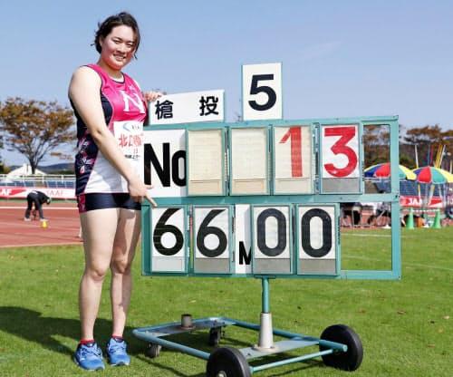 女子やり投げで66メートル00の日本新をマークした北口榛花(27日、北九州市本城陸上競技場)=共同