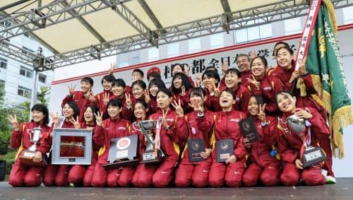 3連覇を達成し、笑顔でポーズをとる名城大の選手ら(27日、仙台市)=共同