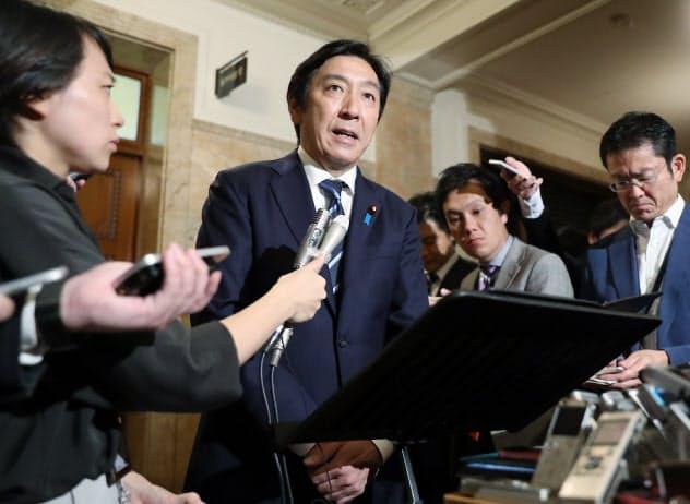 安倍首相に辞表を提出したことを明らかにする菅原経産相(25日、国会内)