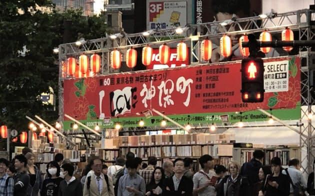 東京・神保町の古本まつりには若者を含めてたくさんの人が集まる