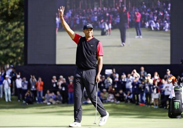 米男子ゴルフツアーのZOZOチャンピオンシップで優勝を決めたタイガー・ウッズ(28日、千葉県の習志野CC)=ゲッティ共同