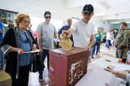 大統領選に投票する有権者(27日、モンテビデオ)=AP