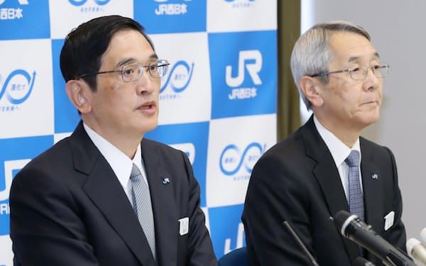 記者会見するJR西日本の長谷川一明次期社長(左)と来島達夫社長(28日午後、大阪市北区)